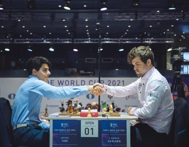 Round 03 Game 01: Magnus Carlsen on track to win